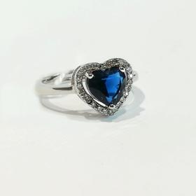 anello con zircone blu a cuore